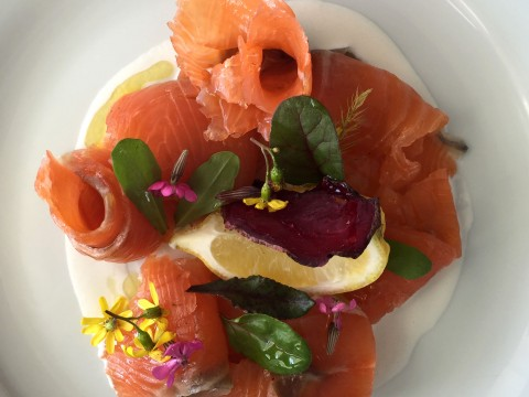 salmone marinato con panna acida e fiori di campo